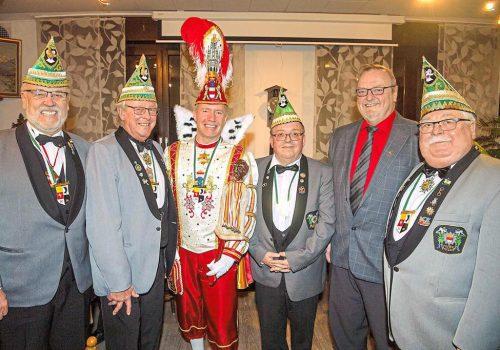 Stadtprinz Thorsten II. Brendel (3.v.l.) gratulierte als erster den neuen Witte Müse-Senatoren Bernt Zenker (l.), Werner Fatum (3.v.r.) und Karl-Heinz Vergers (2.v.r.). Präsident Henry Pohlmann (2.v.l.) und Senatspräsident Heinz Becker (r.) überreichten die Senatorenwürden. Foto: Wolfram Linke